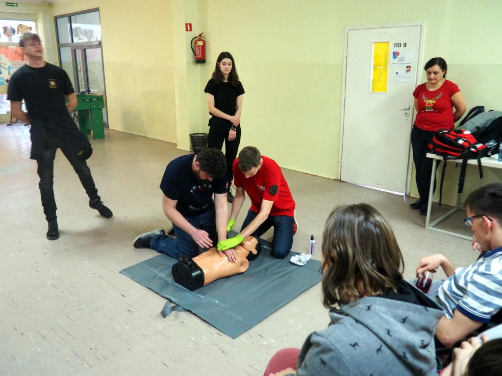 Ćwiczymy ratowanie poszkodowanego