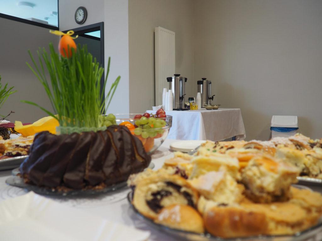 Dekoracje i słodkości na stole wielkanocnym